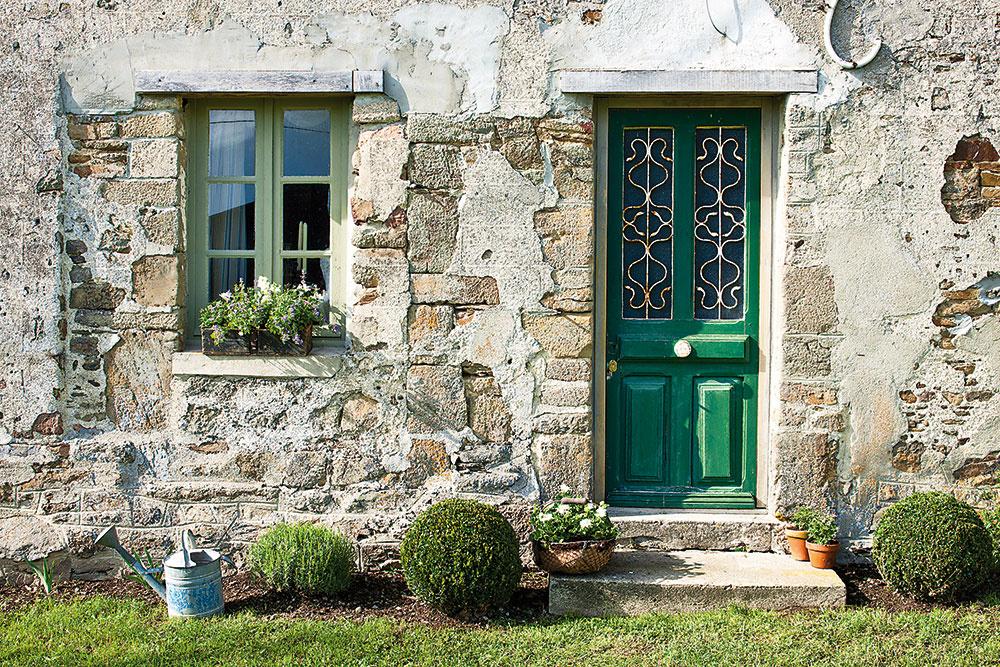 Normandské vstupné dvere ukrývajú interiér plný farieb adekorácií.