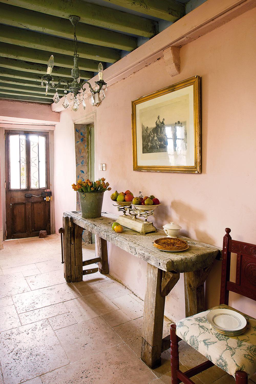 Vstupný priestor pokrytý vápencovou dlažbou azariadený starým vyblednutým ponkom (stolársky pracovný stôl) vytvára pocit tepla.
