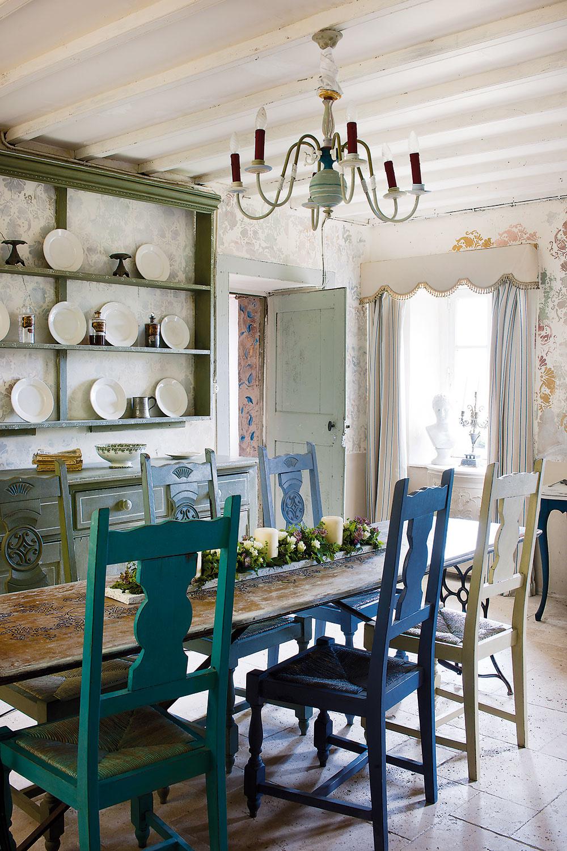 Vzor na vyblednutej stene vytvára jemne pôsobiace pozadie pre biely porcelán azbierku dekoratívneho skla – fliaš so zabrúsenou zátkou.