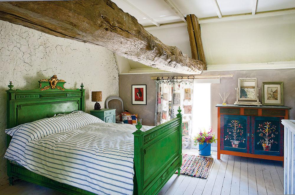 Dlhý a úzky vidiecky dom je dnes farebným skvostom