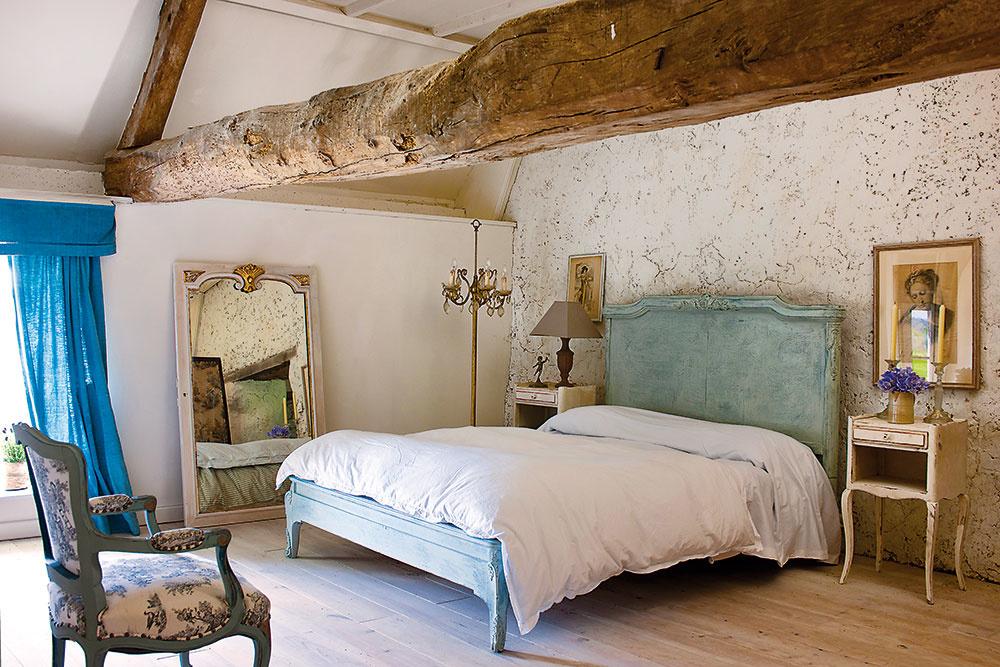 Pôvodne miesto pre sliepky, teraz spálňa. Veľké zrkadlá odrážajú nádherné normandské svetlo do každého tmavého kúta.