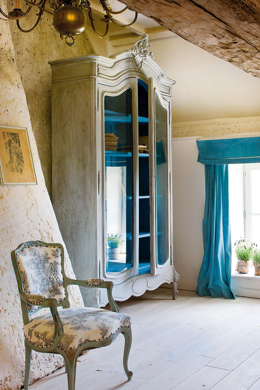 Nábytok, ktorý majiteľka vlastnoručne namaľovala adekorovala farbami, vytvára vpodkrovných izbách osobitú atmosféru. Ručne zafarbené sú aj všetky závesy na oknách.