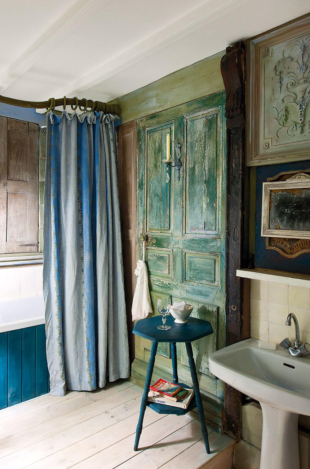 Staré dvere zdobia stenu aroleta za vaňou imituje chýbajúce okno.