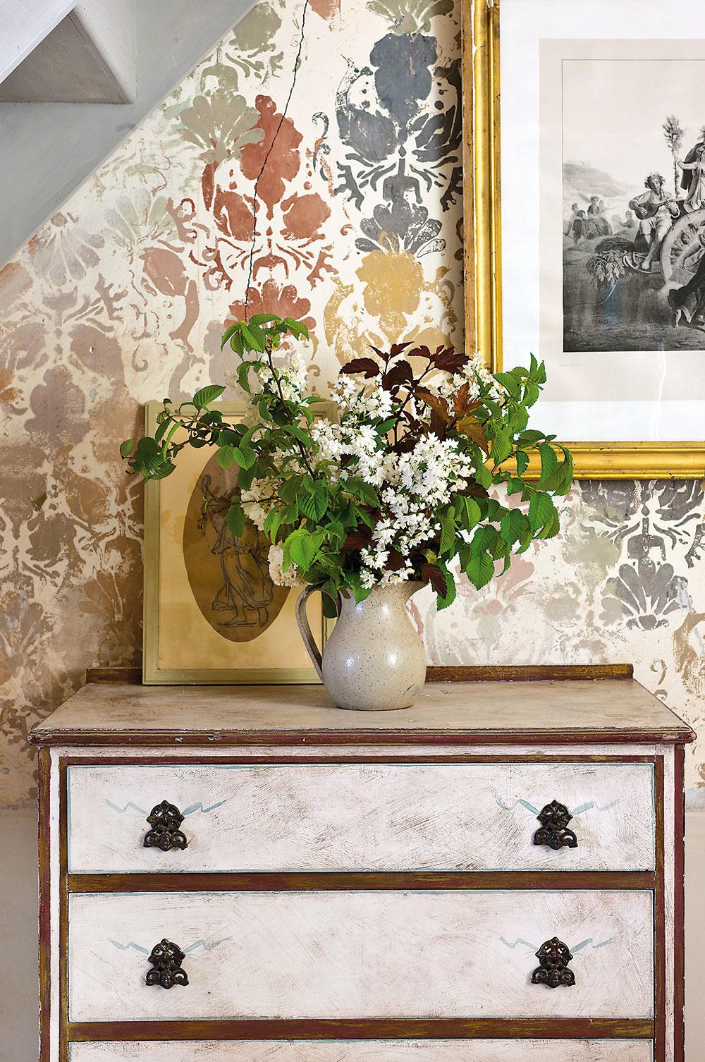 Nostalgia vkaždom kúte – staré fotografie aobrazy pripomínajú zašlé časy, všadeprítomné živé kvety, naopak, svieži prítomný okamih.