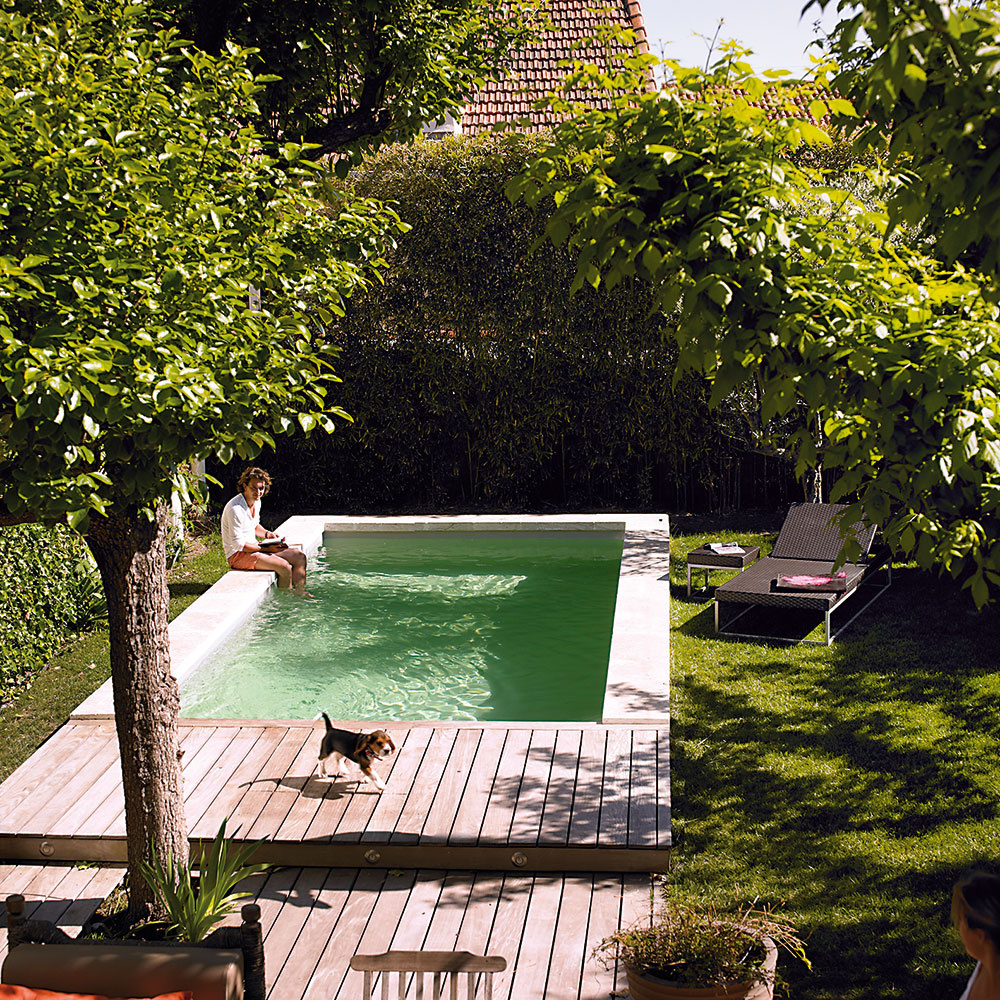 Štýlový zapustený bazén s upraveným okolím bude v záhrade vždy dominantným prvkom a miestom stretnutí celej rodiny.