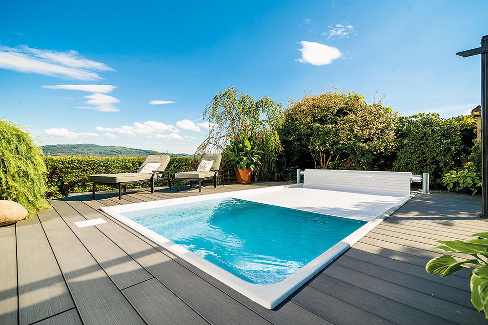 Lamelové zakrytie je moderným, pohodlným a hlavne účinným riešením pre obdĺžnikové i atypicky tvarované bazény. Po rozvinutí pláva na hladine a ani zrolované nezaberie prakticky žiadne miesto. Viac na www.mountfield.sk
