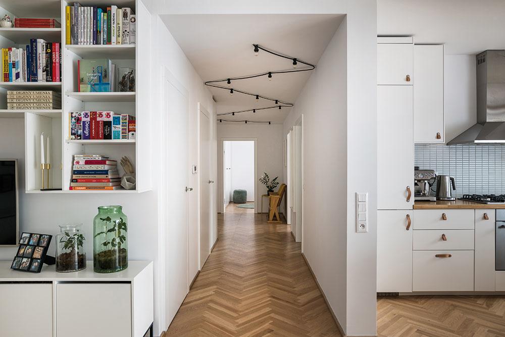 """Poctivosť materiálov bola jedným zdôležitých princípov pri tvorbe interiéru. """"To, čo vyzerá ako drevo, je skutočne poctivé drevo, ak je niečo laminované alebo plastové, je to biele,"""" vysvetľuje architekt. Poctivé dubové parkety pritom navodzujú pocit, že byt je súčasť pôvodného domu anepôsobí ako nadstavba."""