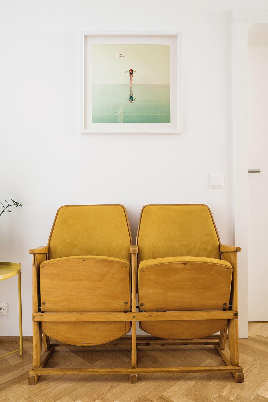 Vpredsieni si pri prezúvaní môžete sadnúť na autentické sedadlá zkina vNovom Meste nad Váhom. Len zničené bordové čalúnenie museli dať vymeniť.