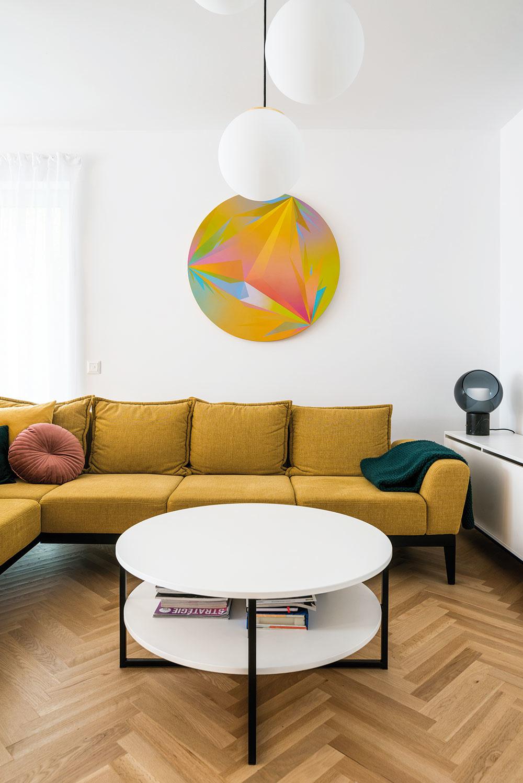 """Opakujúci sa motív kruhu vobývačke bol Evin zámer. Podnož zjäcklových profilov, ktorá je spoločným znakom na mieru vyrobeného nábytku, je zas Marekov prínos kprirodzenému zjednoteniu interiéru. """"Mám veľmi rád tieto oceľové konštrukcie,"""" hovorí architekt. """"Síce to vyzerá jednoducho, ale nebolo jednoduché vymyslieť to tak, aby všetko spolu sedelo,"""" dopĺňa ho majiteľka."""