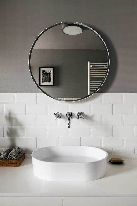 """""""Na pozadí sivej omietky lepšie vynikne pekná biela keramika, ktorá si vyniknúť zaslúži,"""" upozorňuje architekt."""