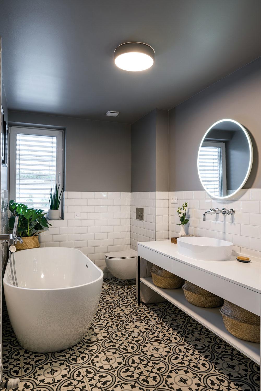 """Kúpeľňa je jednoduchá ačistá. Zaujímavým prvkom sú sivé steny, ktoré pokračujú sivým stropom. """"Automaticky som počítala sbielym stropom bez toho, aby som sa nad tým vôbec zamyslela,"""" priznáva Eva. """"Bola to taká typická Markova rada – drobnosť, ktorá vám vôbec nenapadne, ale ktorou dosiahnete výrazný efekt. Prinášal do celého procesu zariaďovania praktické nápady aj finančné zreálnenie,"""" oceňuje majiteľka."""