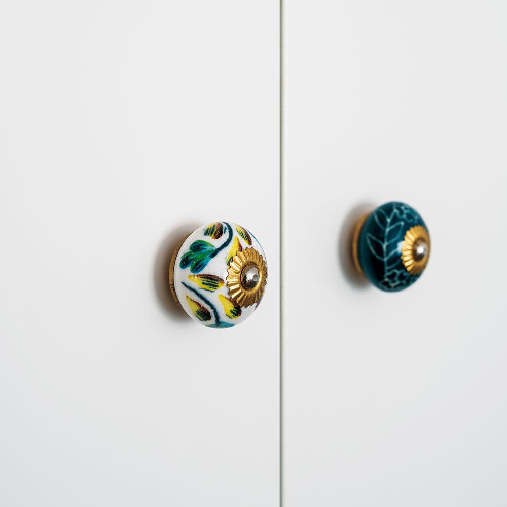 Drobnosti snápadom Jednoduché zariadenie oživujú nápadité detaily – napríklad kobyčajnej šatníkovej skrini shladkými bielymi dverami doplnila Eva originálne úchytky.