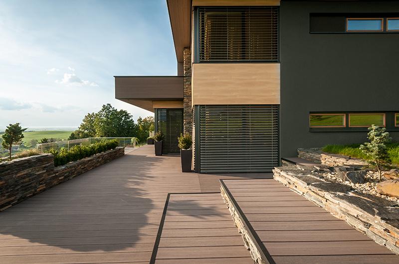 Terasové dosky z materiálu Twinson sú k dispozícii v troch rôznych produktových variantoch s rôznymi povrchmi a v niekoľkých prirodzených farbách.