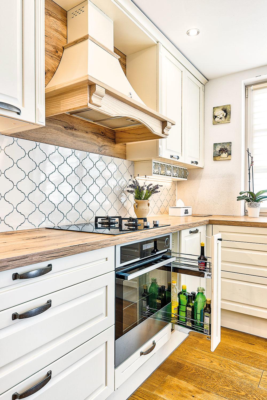 ČO SA DÁ, to ostáva schované, aby vynikla krása samotnej kuchynskej linky. Šikovným riešením je aj táto úzka výsuvná polička, ktorá skrýva oleje aochucovadlá na každodenné varenie.