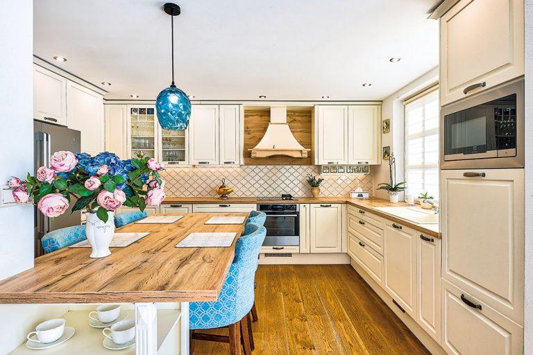 Svetlú kuchyňu vo vidieckom štýle si zriadili v novom dome ako prvú