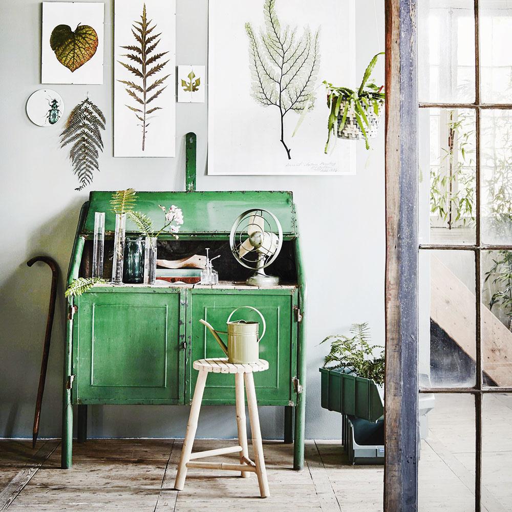 Zeleň v interiéri pôsobí sviežo a je príjemnou pastvou pre oči. Ak je zelená vaším favoritom, siahnite po nej i pri renovácii svojej starej, no obľúbenej skrinky. V spoločnosti živých kvetov a rastlín s okrasnými listami bude pôsobiť priam bohémsky. Alebo len ozdobte stenu botanickými obrázkami v minimalistickom duchu.