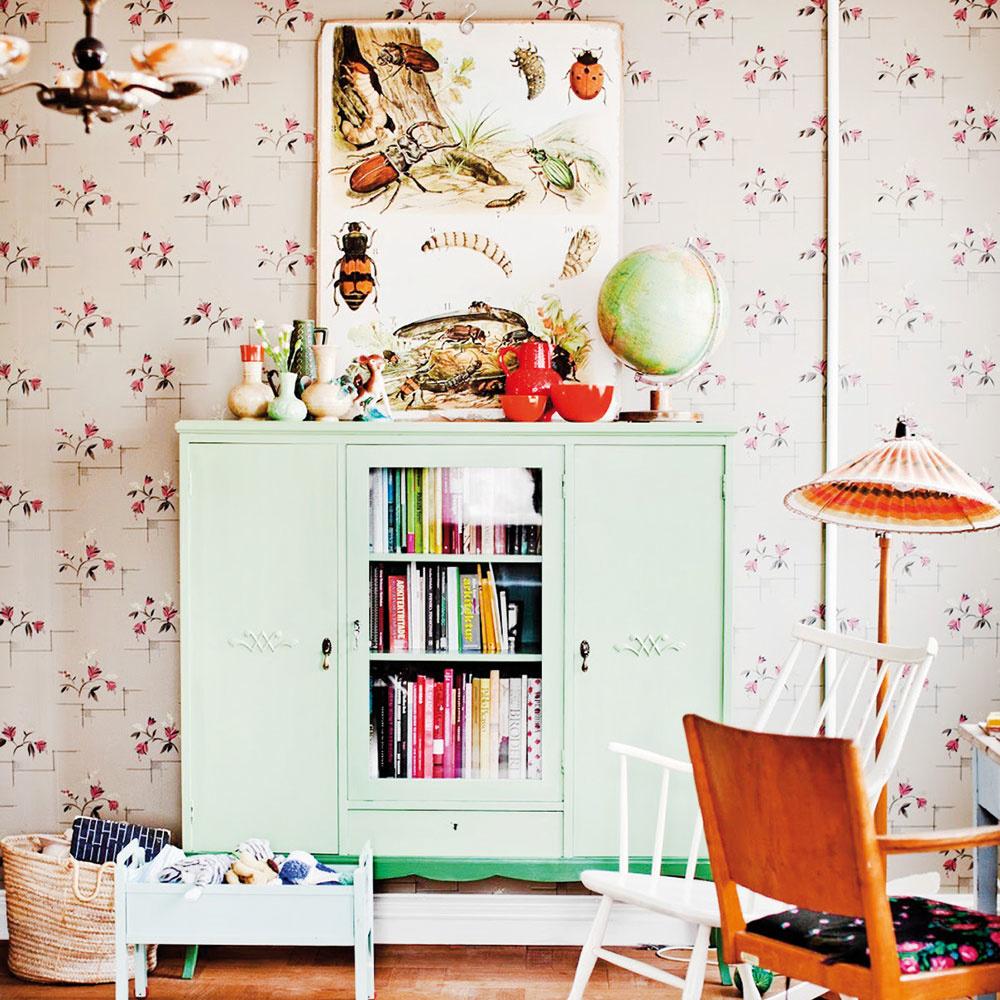 Jemné pastelové farby sa výborne hodia do každého detského kráľovstva. Vintage kúsok s hravou a modernou tapetou na pozadí pôsobí nostalgicky i nadčasovo. Nízka skrinka so zasklenou časťou sa zakaždým prispôsobí aktuálnym potrebám dieťaťa a porastie spolu s ním až do dospelosti.