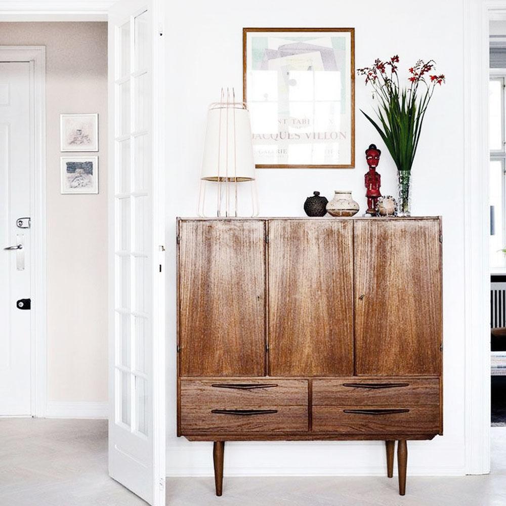 """Rozhodne nie je potrebné každý kúsok výrazne meniť či renovovať. Sú skrinky, ktoré majú dvadsať rokov astále vyzerajú """"ksvetu"""". Štruktúra dreva nádherne vynikne vjednoduchom interiéri. Retro scandi je obľúbený štýl vďaka jednoduchosti aúprimnosti vmateriáloch ivdizajne."""