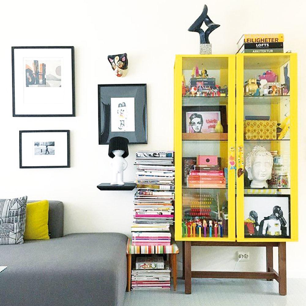 Jednoduchá hranatá sklenená vitrína si rozhodne žiada výraznú farbu. Žltá je výkrikom radosti a pri pohľade na ňu sa vám možno v hlave rozvíria spomienky z pionierskych čias. Za sklo si vystavte všetky zachovalé retro kúsky – hračky, dekorácie či staré časopisy. Nielenže budú chránené, ale dostanú i zaslúžený obdiv.