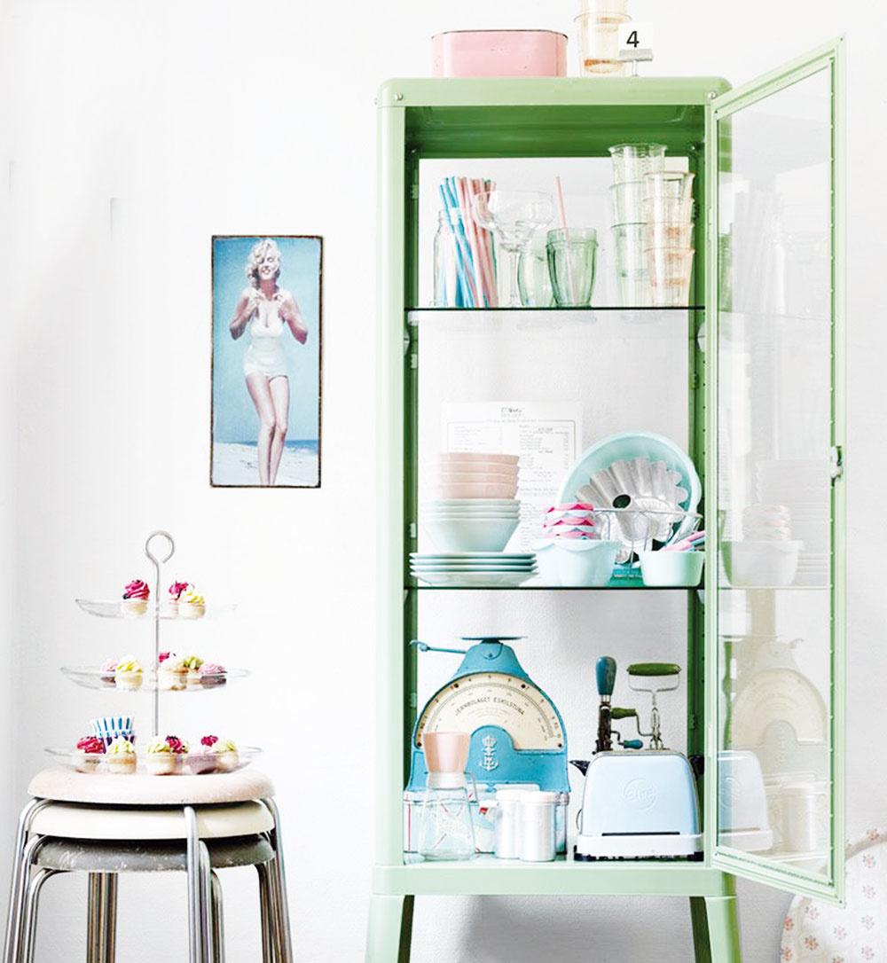 Štíhla lekárska skrinka v sviežej zelenej sa zmestí naozaj všade. Výborne sa hodí do malých priestorov, vynikne i v rohu miestnosti. Za sklo si môžete umiestniť suveníry z ciest, zbierku kameňov, ale i pôvabnú farebnú súpravu kuchynského riadu. Je svieža, praktická a navyše uzamykateľná.