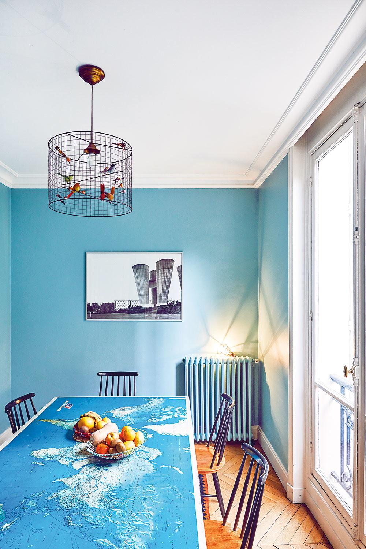 ZNÁBYTKU má Colombe najradšej jedálenský stôl. Na jeho vrchnej doske je stará mapa Air France, ktorú jej muž našiel na ulici.