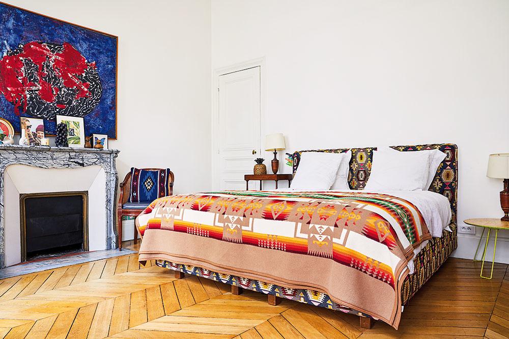 V SPÁLNI sa vyníma mohutná čalúnená posteľ s prikrývkou s mexickým vzorom. Periny sú striktne biele, aby sa vzory priveľmi nemiešali.