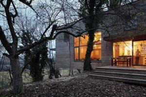 Moderný drevodom v korunách stromov: Jedáleň majú uprostred lesa