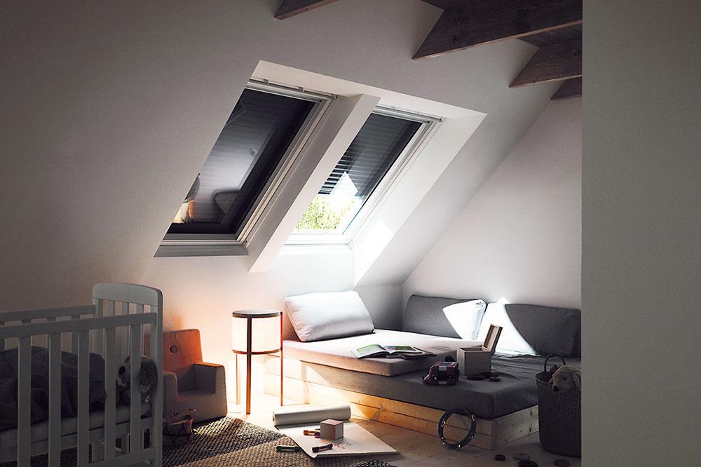 VONKAJŠIA roleta pomáha zlepšiť tepelnoizolačné vlastnosti strešných okien. Roleta VELUX SHL dokáže zachytiť až 95 % slnečných lúčov avýborne tak chráni interiér pred prehrievaním vletných mesiacoch. Vzimnom období zabraňuje úniku tepla, súčiniteľ prechodu tepla (U) je lepší až o20 %. www.velux.sk