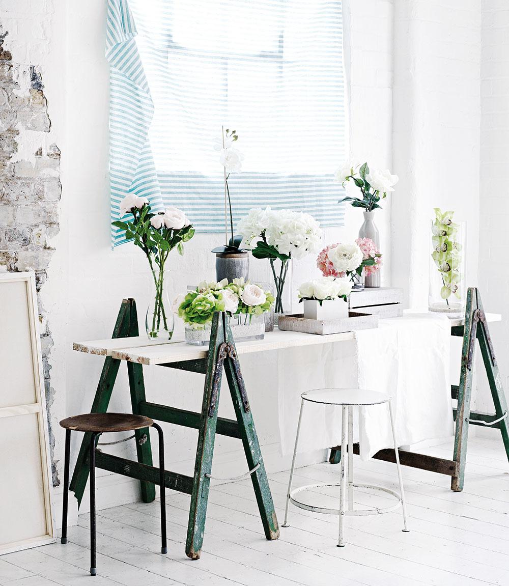 Skupinka kvetín naaranžovaná v sklenených alebo keramických vázach bude pôsobiť veľmi vzdušne, ak použijete jeden maximálne dva druhy kvetov do jednej vázy. Kompozícia bude vyvážená pri dodržaní rozličných výšok: nižšie aranžmány umiestnite do popredia, tie vyššie dozadu. Nebojte sa použiť tvarovo rozličné vázy.