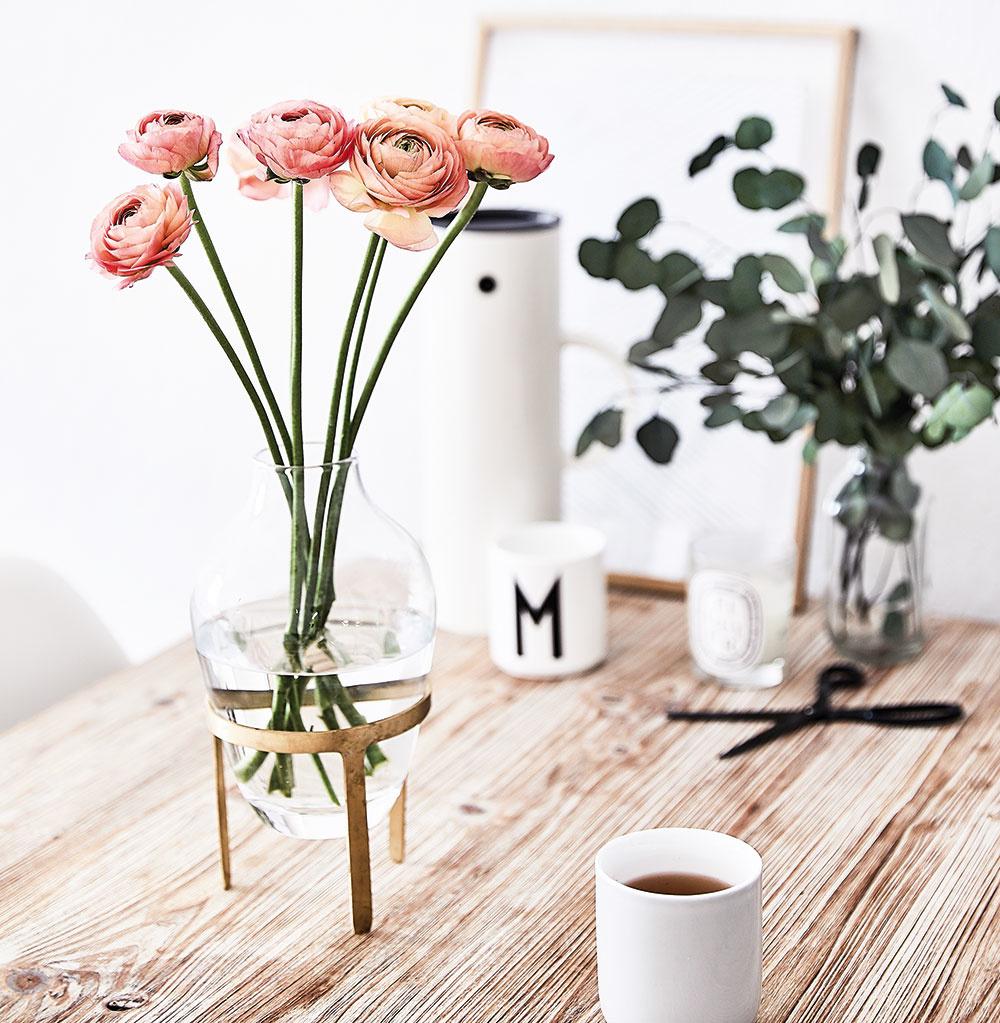 Malý interiér potrebuje drobné kvety, nie veľké kytice. Teraz na jar sú ideálne iskerníky, hyacinty, narcisy, tulipány, frézie alebo anemonky jednoducho vložené v sklenenej váze.