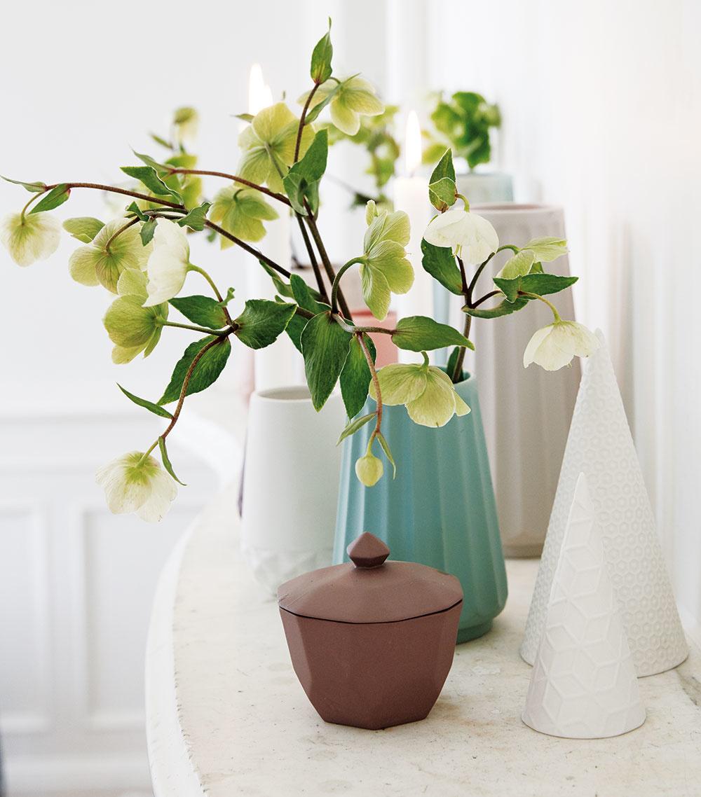 Toaletný stolík je tiež pekné miesto, kde vynikne malá kytička alebo len jeden druh, napríklad čemerice voľne vložené do vázy. Pri večernom odličovaní však dávajte pozor, aby ste vázu neprevrhli.