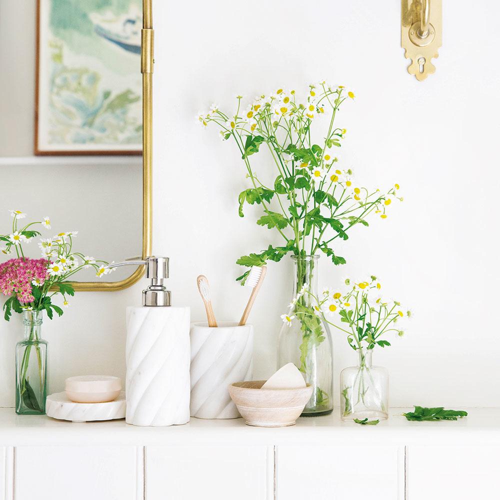 Kúpeľňa je zo všetkých miestností najmenej vyzdobovaná rezanými kvetmi. Skupinky vázičiek, napríklad s kamilkami alebo inými záhradnými druhmi, podčiarknu čistotu kúpeľne a miestnosť rozveselia. Vyskúšajte.