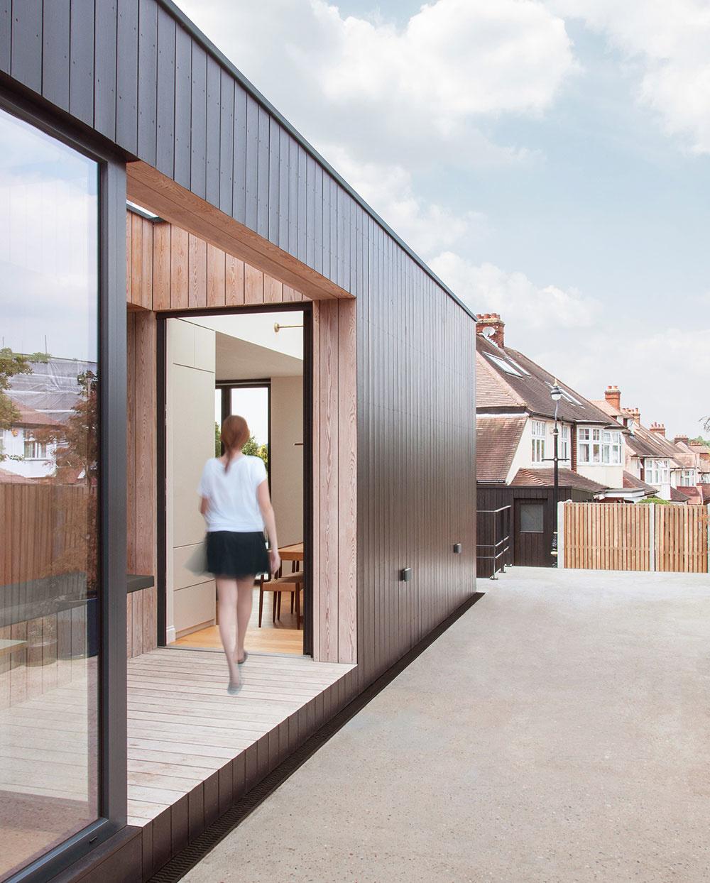 Prístavba rodinného domu ako most medzi starým domom a záhradou