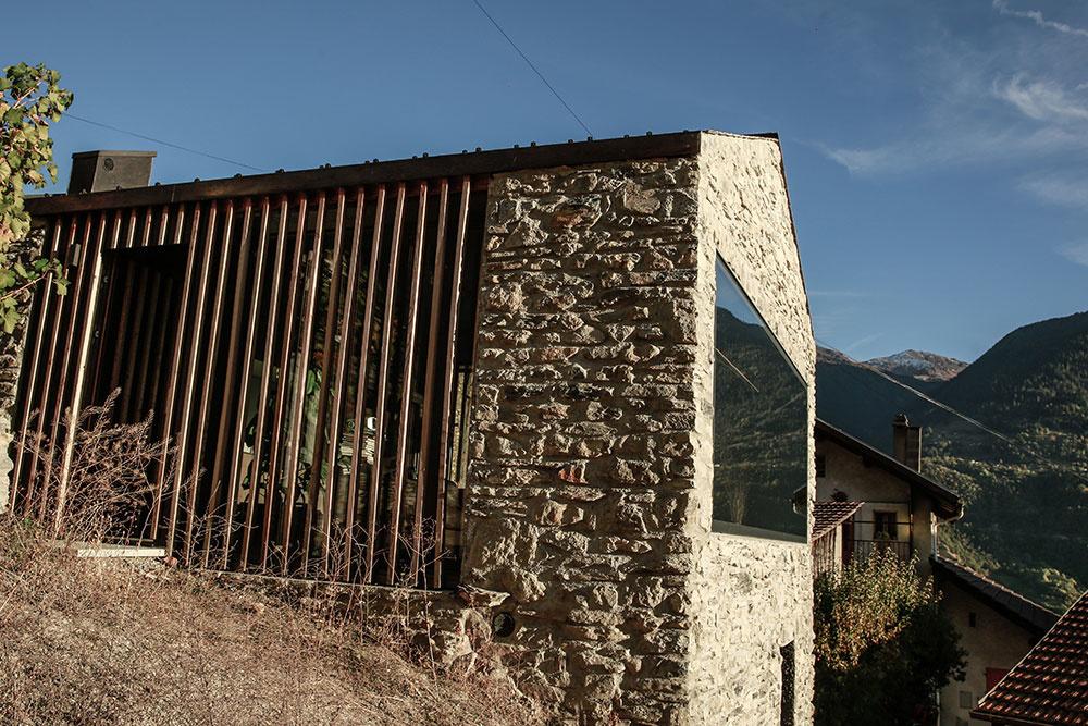 Pôsobivá rekonštrukcia domu v hustej zástavbe uprostred obce