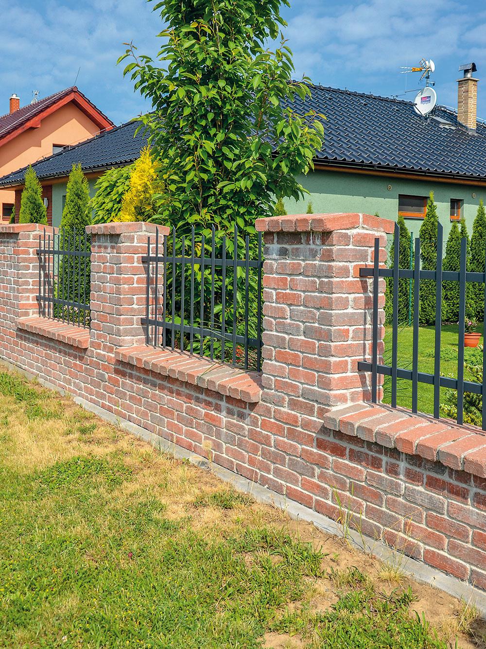 Vidiecky šmrnc dodajú múrom betónové lícové tehly BCL od firmy Presbeton. Povrch lícových tehál nie je potrebné ďalej omietať, tehly sú trvanlivé, mrazuvzdorné amajú príjemný vzhľad. Môžete si vybrať buď celkom hladké, alebo sotlčeným vzhľadom.