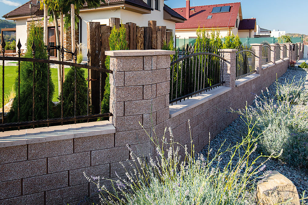 Žulový vzhľad betónových tvárnic Maclit od firmy Premac pôsobí veľmi prirodzene. Skosené hrany vytvárajú pohľadový raster pripomínajúci klasickú bosáž.