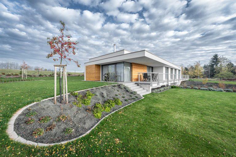 Ako si na veľkom pozemku postaviť elegantný dom, ktorý ho s citom využije