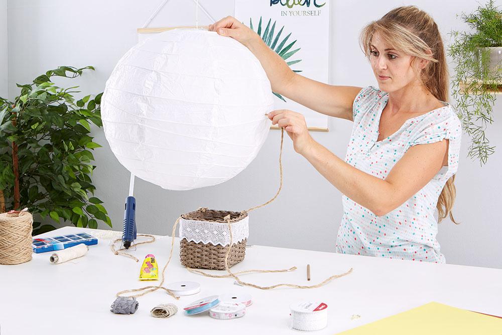 Najprv som roztiahla okrúhle papierové tienidlo. Rozhodla som sa, že ho ponechám vjeho prirodzenej bielej farbe.