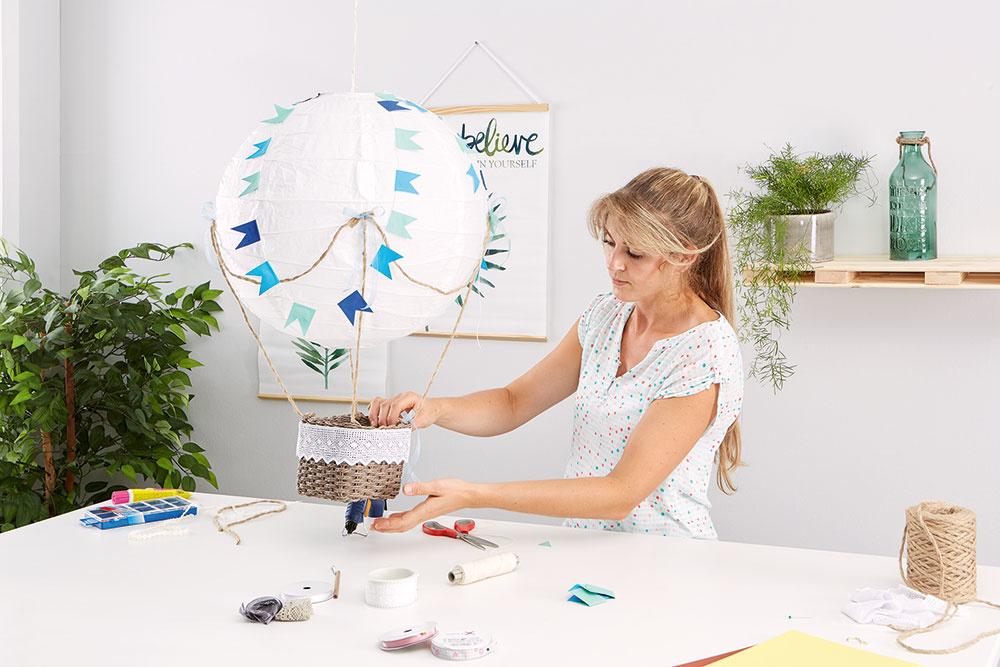 Na záver som ešte ozdobila košík farebnými stuhami. Takto upravený dekoračný balón zavesíme na vhodné miesto, aje to!
