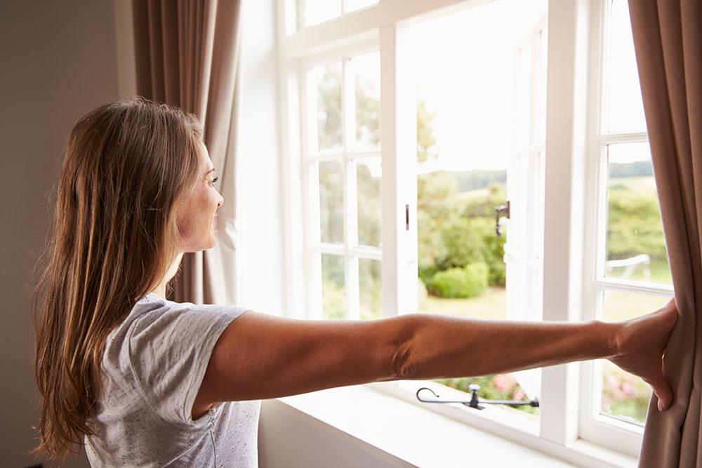 To, že máte v dome nútené vetranie alebo rekuperáciu, neznamená, že si nemôžete otvoriť okno. Ak chcete, otvorte si ho a počúvajte spev vtákov alebo deti hrajúce sa na dvore.
