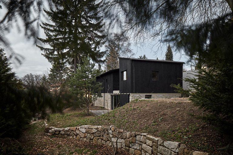 Odvážny moderný dom postavili na storočných pivniciach
