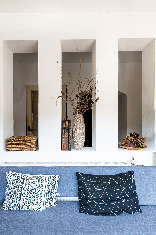 Z niekdajšej studenej verandy sa stala chodba, z ktorej sú prístupné spálne, kúpeľňa a práčovňa. Od predsiene ju oddeľuje múr oživený rytmom troch tvarov. Švédska lavica pod nimi patrí k vlastnoručne prečalúneným kusom nábytku. Podrobný návod nájdete na Zdenkinom profile na portáli Modrá strecha, spolu s ďalšími šikovnými tipmi a návodmi. (www.modrastrecha.sk/blog/zdeka)