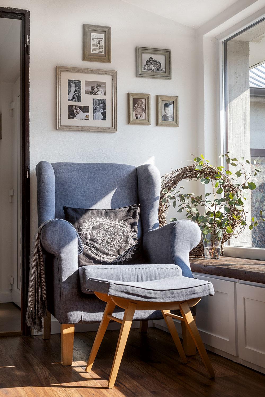 Drevená lavica pod oknom v predsieni je krásna aj praktická – dá sa na nej sedieť pri prezúvaní a vnútri je miesto na topánky 5-člennej rodiny. Vyrobili ju z dosiek zo stavby, ktoré vyčistili a namorili, a z ďalších cenovo nenáročných materiálov.