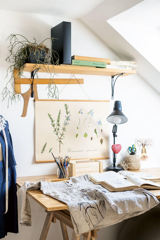 """Kreatívne podkrovie. Najnovšou """"akciou"""" akčného páru bolo zariadenie Zdenkinej dielne v podkroví, hneď vedľa spálne prostredného syna. Tu domáca pani šije a maľuje jemné kvietky a byliny – či už na papier, alebo na textil. Inšpiruje sa živými predlohami, ale aj starými knihami a herbármi."""