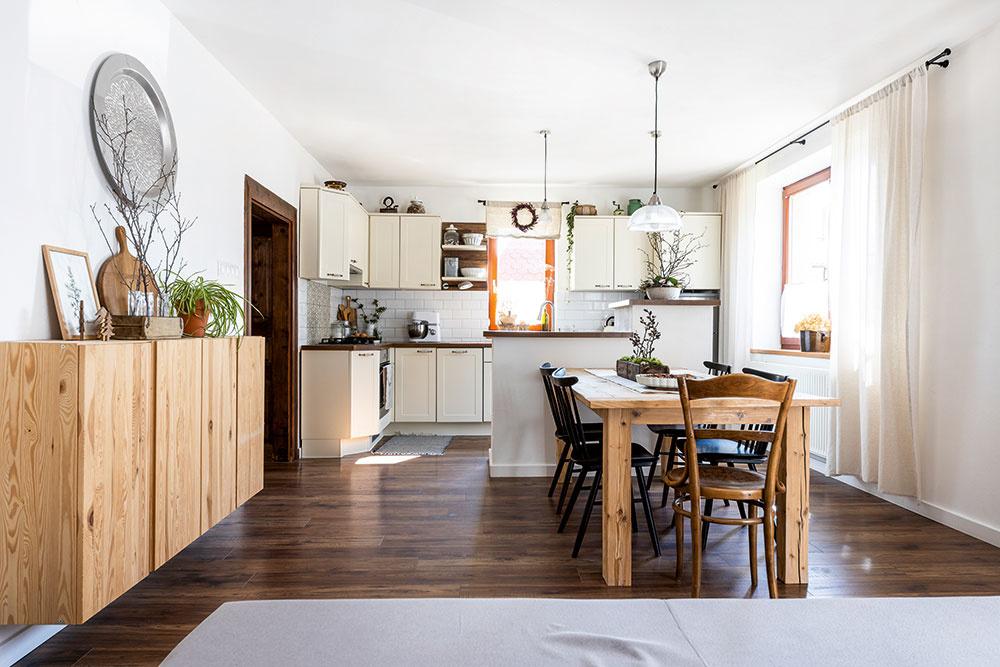 """V procese. Interiér domu sa pod rukami kreatívnych majiteľov neustále mení. """"Skrinku z Ikey chceme zosvetliť, vybrúsiť a znova navoskovať, aby drevo získalo svetlejší a studenší odtieň. Po napustení naturálnym olejovo-voskovým náterom totiž začalo drevo žltnúť, takže sa sem farebne veľmi nehodí,"""" prezrádza domáca pani ďalšie plány."""