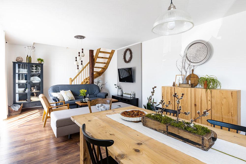 V dome pod lesom vládne úžasný pokoj. Otvorená obývačka spojená s kuchyňou a jedálňou vznikla spojením niekdajších dvoch izieb s oknami obrátenými do ulice či skôr na cestičku popri potoku pod horou.