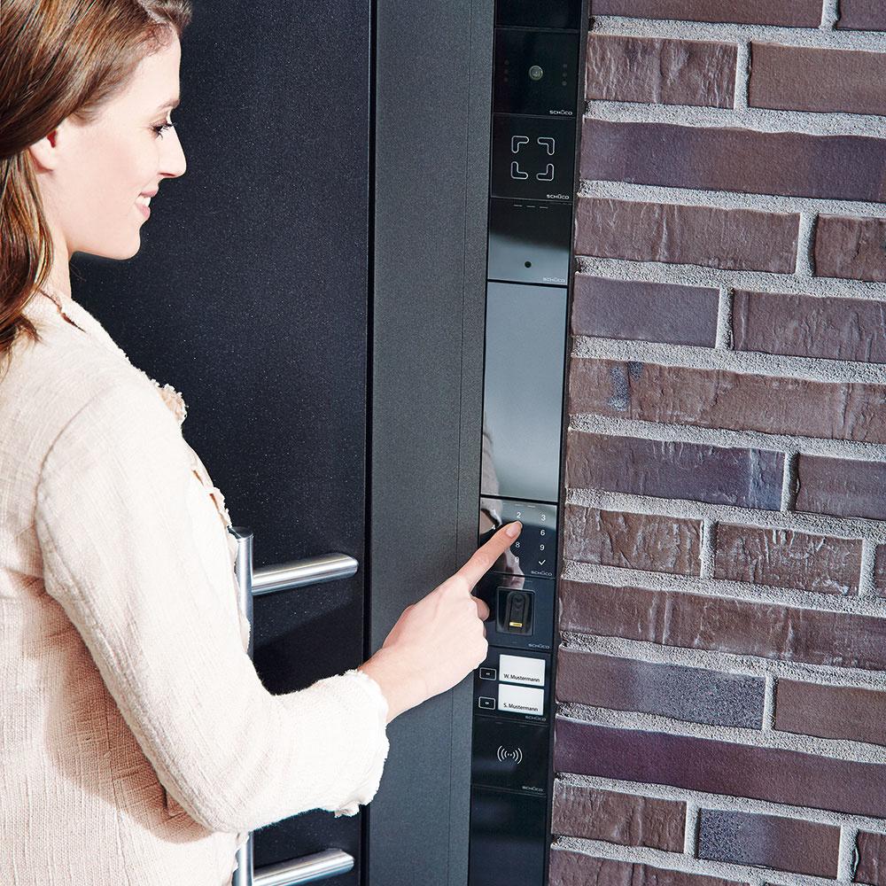 Door Control System od firmy Schüco slúži na kontrolu vstupu, dverovú komunikáciu, ale najmä na zabezpečenie vchodových dverí. Elegantný systém z čierneho skla možno zabudovať do dverného profilu, na omietku alebo do panelu v stene. Zaklapávacia technika umožňuje bezproblémovú a rýchlu montáž všetkých komponentov. DCS získal ocenenie iF produkt, ako aj cenu Red Dot Design Award. www.schueco.sk