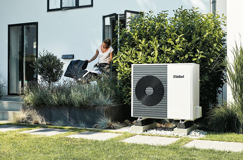 Tepelné čerpadlo vzduch/voda získalo prestížne ocenenia ako IF Design Award 2019 či Red Dot Award 2018. Skladá sa zvonkajšej jednotky ainteriérového modulu uniTOWER aje ideálne ako do novostavieb, tak aj do rekonštruovaných budov. Vdomácnosti zabezpečí vykurovanie (A++), chladenie aj prípravu teplej vody, pričom dokáže znížiť účty za energiu až o75 % aprodukciu emisií otretinu. Jeho výhodou je jednoduchá arýchla inštalácia, umožňuje tiež ovládanie cez aplikáciu vsmartfóne. www.vaillant.sk