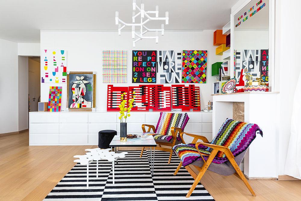 Najpestrejšou miestnosťou vbyte je otvorená obývačka spojená skuchyňou ajedálňou – jej steny premenila Andrea na malú galériu svojich farebných diel.