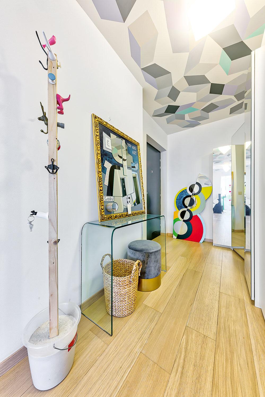 """Kreatívny priestor plný farieb, vzorov a nápadov vás privíta už v predsieni bytu. Iluzívny strop maľovala domáca pani sama, a hoci postupovala podľa návodu, výsledok nebol stopercentný hneď na prvý raz. Pri práci s rukami nad hlavou tak """"relaxovala"""" viac než jeden víkend."""